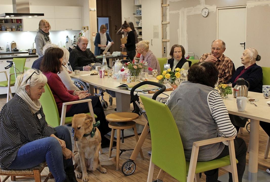 Im Gemeinschaftsraum der Wohngemeinsch...apiehund Miss Lily sind guter Dinge.    | Foto: Erich Krieger