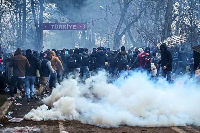 Türkei öffnet EU-Grenze für Flüchtlinge – Konflikt mit Syrien eskaliert weiter