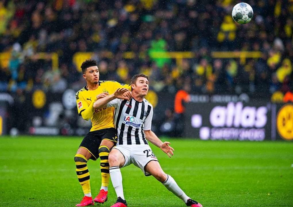 Den Fokus auf den Ball gerichtet: Jado...und Dominique Heintz im Kopfballduell.  | Foto: Guido Kirchner (dpa)