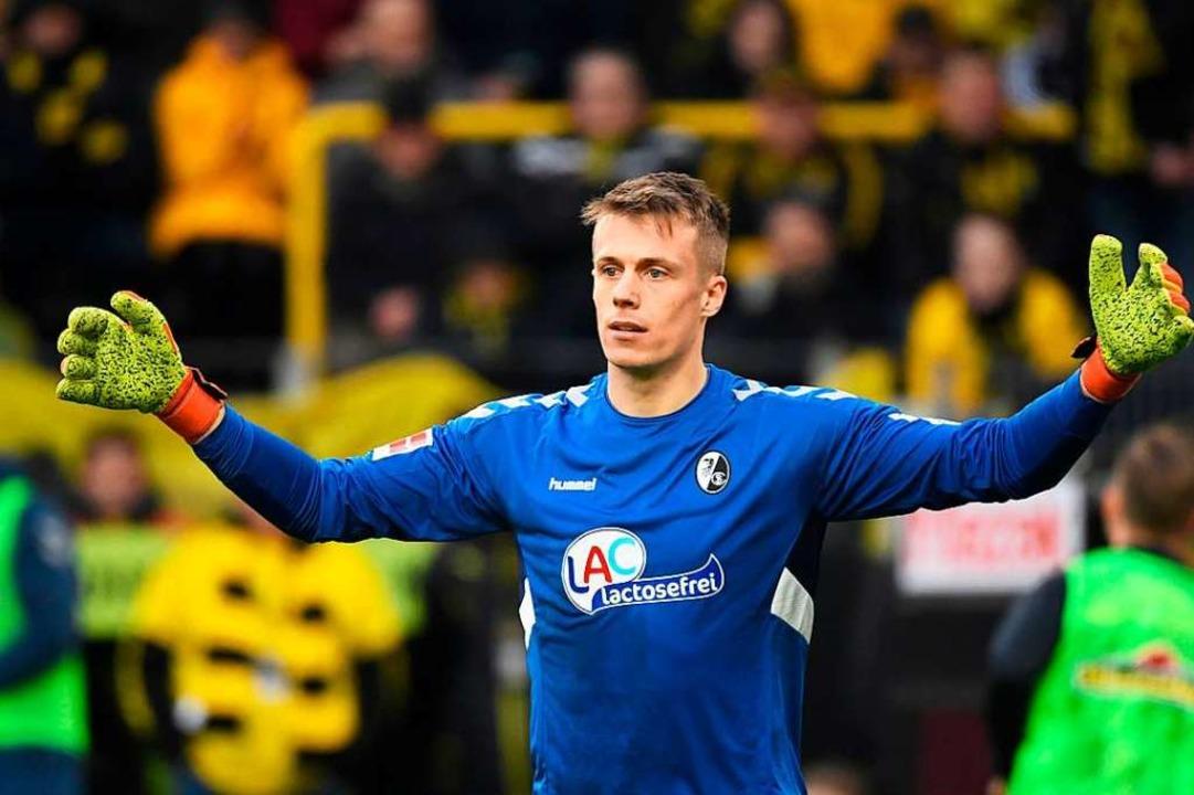 An SC-Keeper Alexander Schwolow lag es...Freiburger in Dortmund verloren haben.    Foto: INA FASSBENDER (AFP)