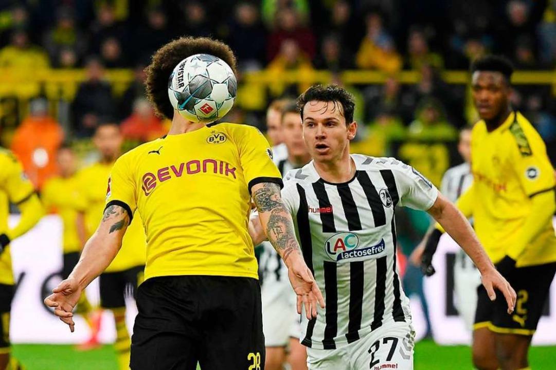 Nicolas Hölfer hatte gegen Axel Witsel...) und Emre Can alle Hände voll zu tun.    Foto: INA FASSBENDER (AFP)