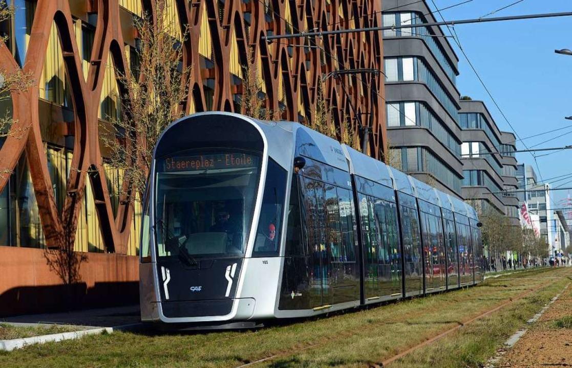 Von Sonntag an gratis: Tram im Luxemburger Bankenviertel Kirchberg.  | Foto: Harald Tittel (dpa)