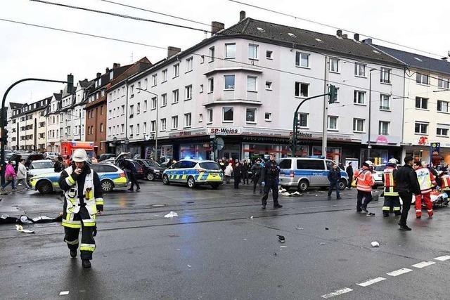 Seniorin fährt in Menschengruppe in Essen – 11 Verletzte