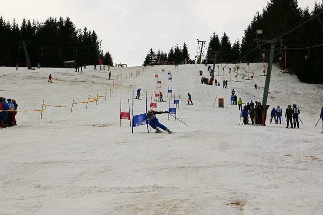 Mehr als 200 Musiker swingen auf Skiern durch die Tore