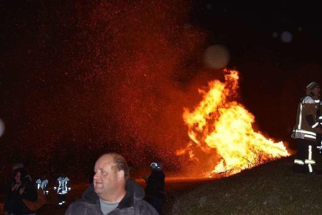 Stürmisches Fasnachtsfeuer auf dem Wyhlener Mühlerain