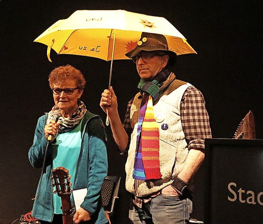 Mit Klimaschal und Anti-AKW-Schirm: Ga...r und Jürgen Hauke eröffnen den Abend.  | Foto: Dorothee Philipp