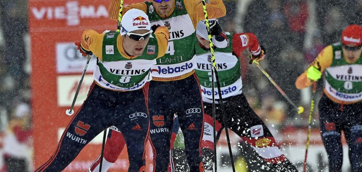 Positionskampf: Vinzenz Geiger (vorne)...Rießle beim Einzel-Weltcup in Lahti.    | Foto: Jussi Nukari (dpa)