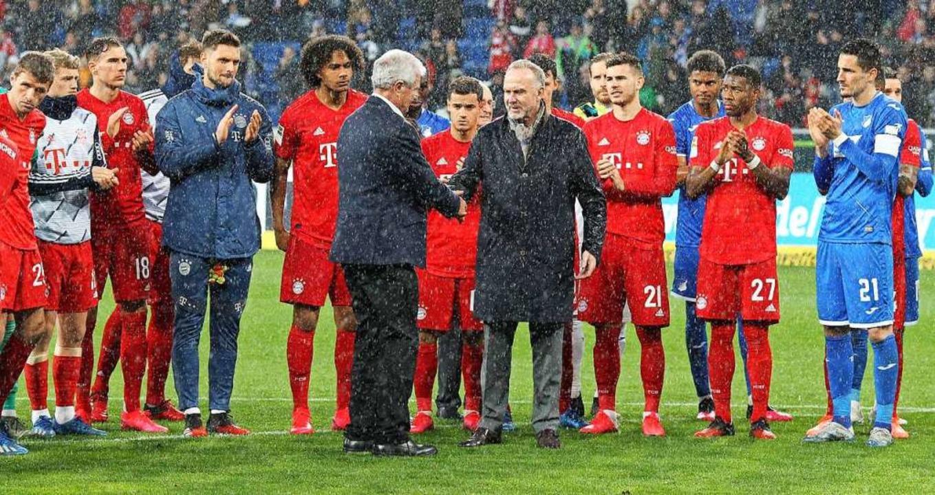 Bayern-Boss Karl-Heinz Rummenigge (rec...trativ die Hand, Spieler applaudieren.  | Foto: DANIEL ROLAND (AFP)