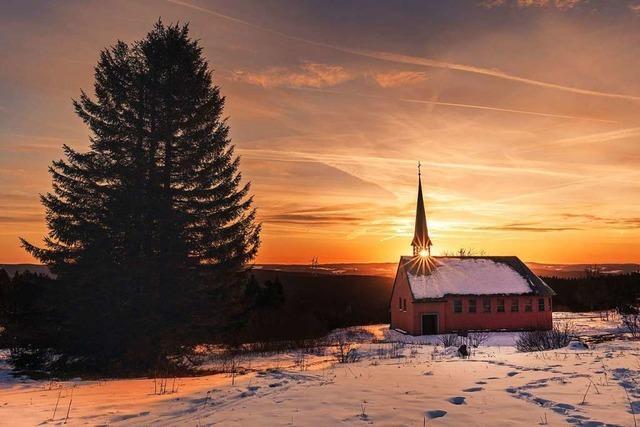 Die Sonne funkelt durch das Türmchen der Piuskapelle auf dem Kandel