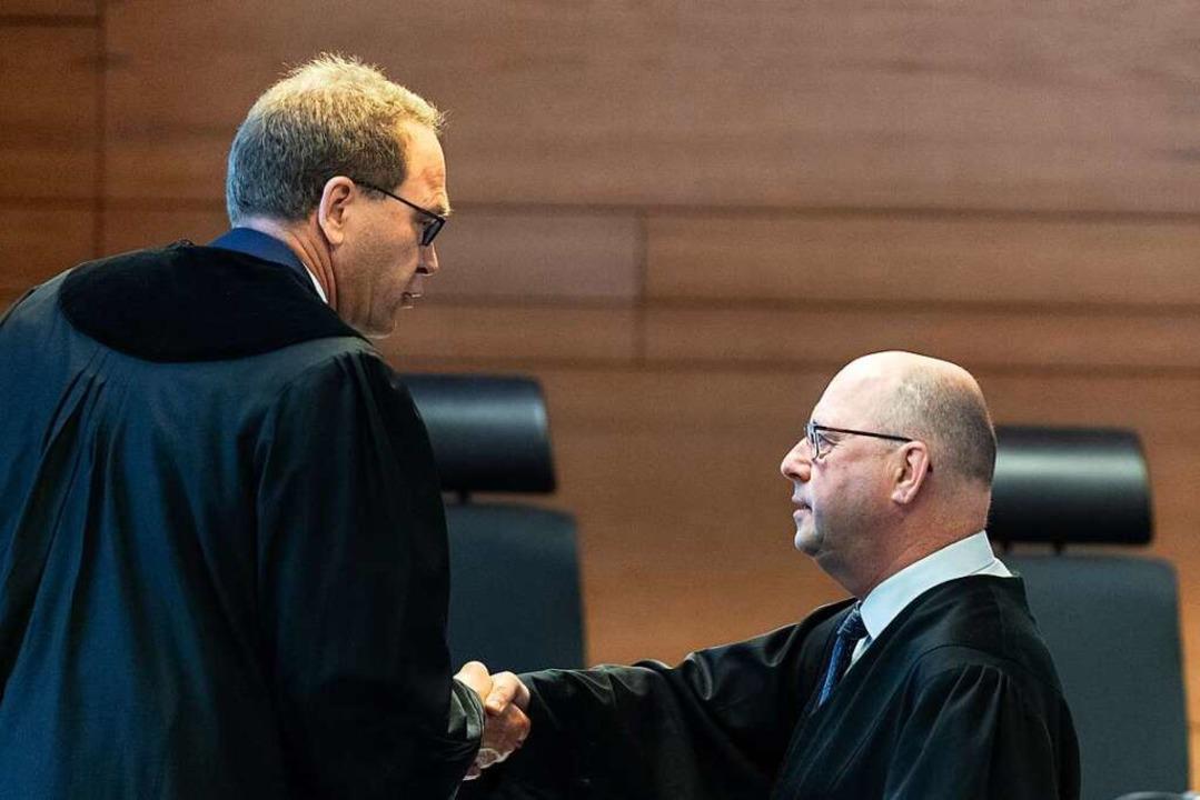 Staatsanwalt Matthias Rall (links)  sp...mit dessen Verteidiger Volker Lindner.  | Foto: Patrick Seeger (dpa)