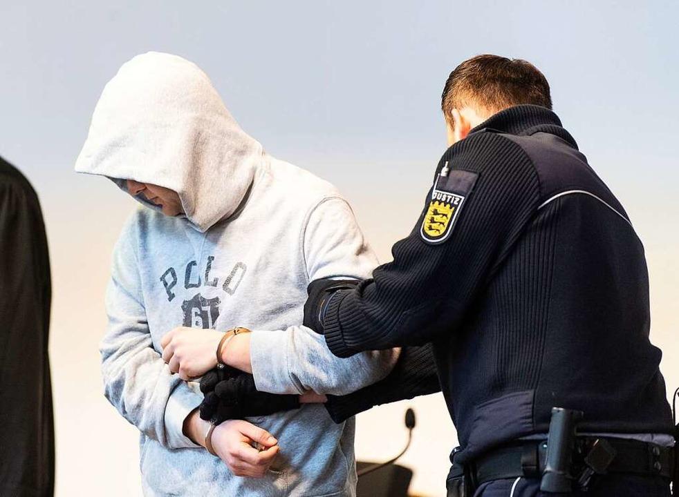 Andreas J. wird am Montagmorgen in den...Saal des Landgericht Freiburg geführt.  | Foto: Patrick Seeger (dpa)