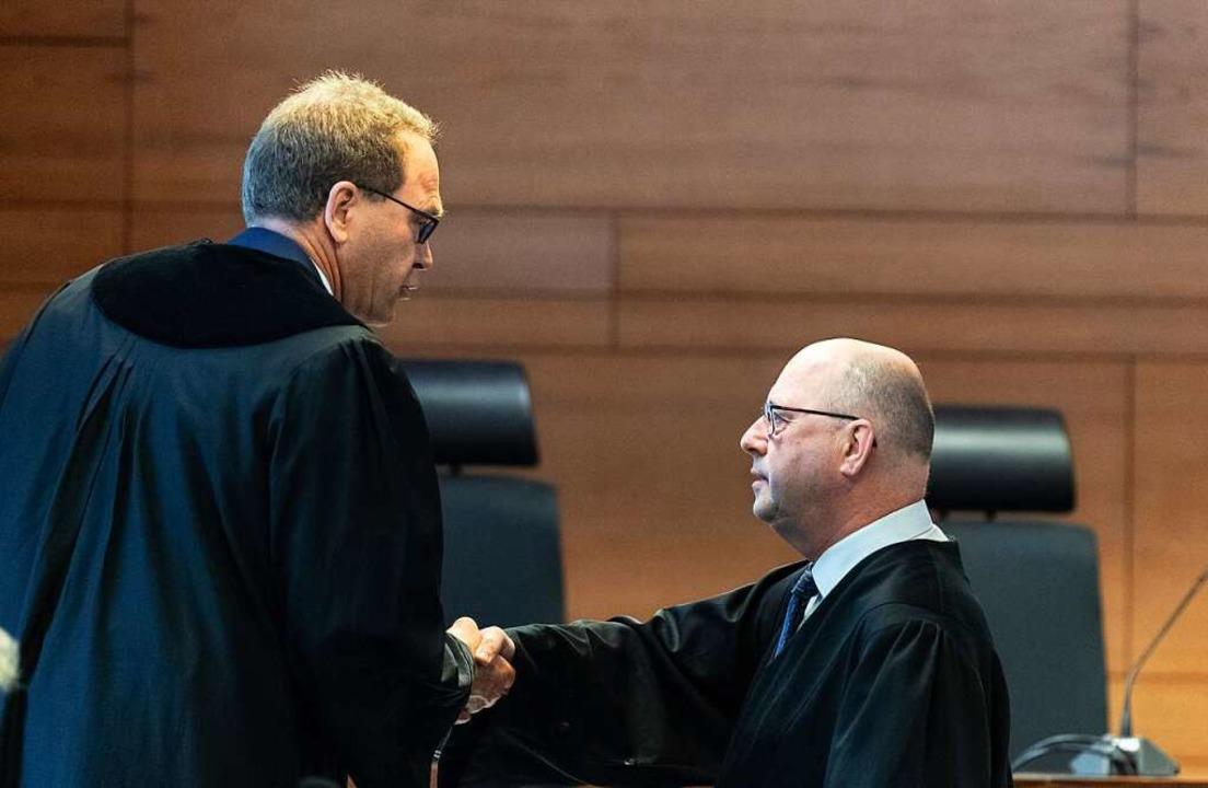 Staatsanwalt Matthias Rall (links) spr...dem Verteidiger des angeklagten Kochs.  | Foto: Patrick Seeger (dpa)