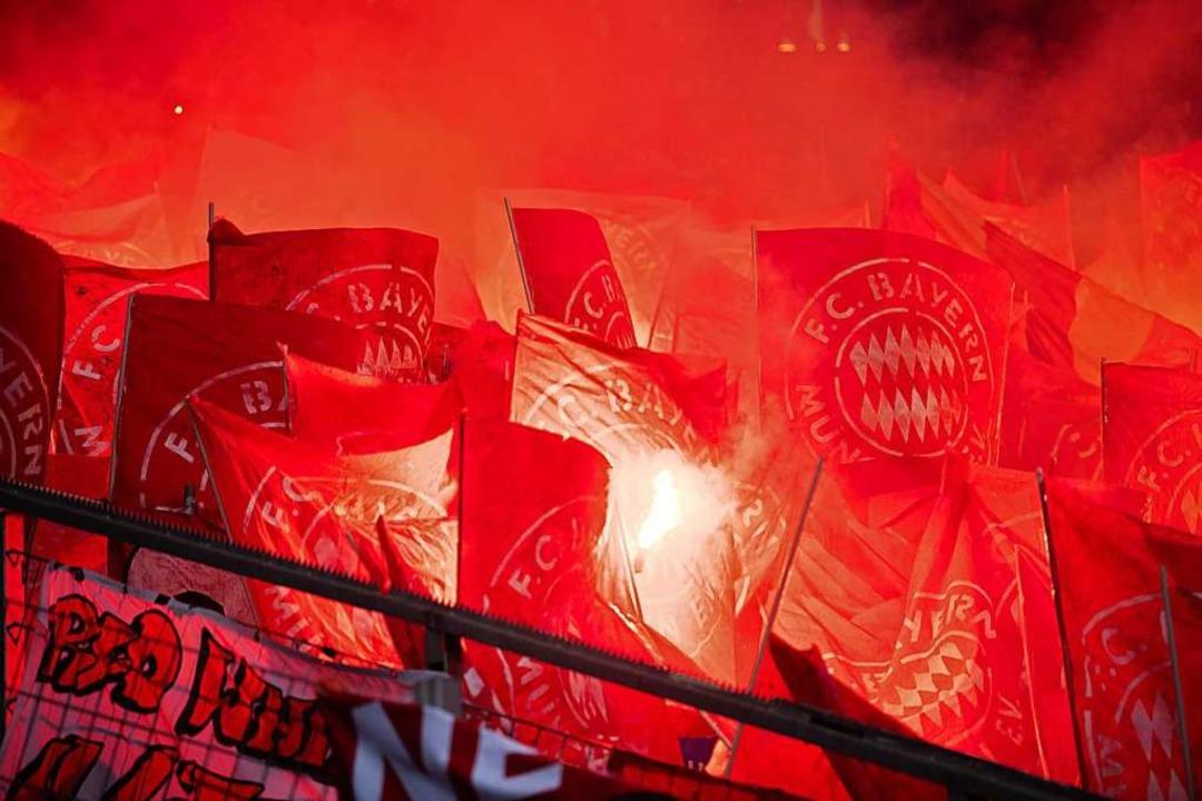 Der Fußball sieht rot: Wie weit dürfen sogenannte Fans gehen?  | Foto: Tom Weller (dpa)