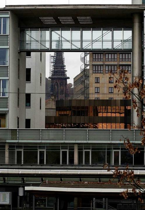 """Das """"Windfenster"""" mit dem ...iedrigerer kupferfarbene Volksbankbau.    Foto: Ingo Schneider"""