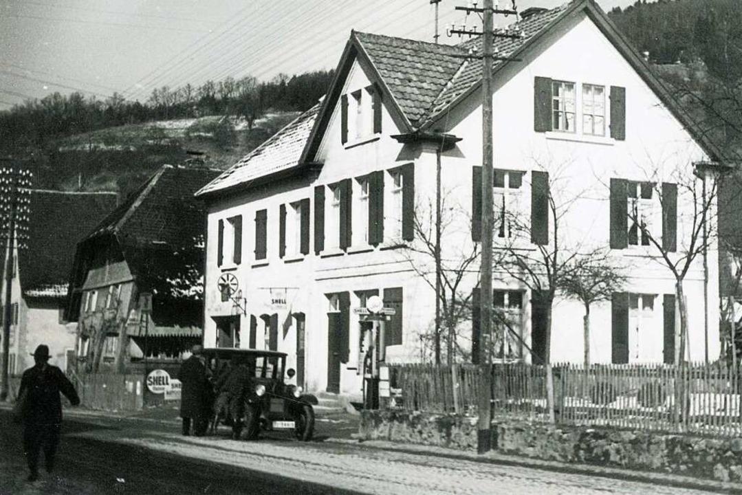 Die damalige Shell-Tankstelle Blattman...ten Hausseite die Shell-Handpumpsäule.  | Foto: Stadtarchiv Freiburg Nr. 202_31_036