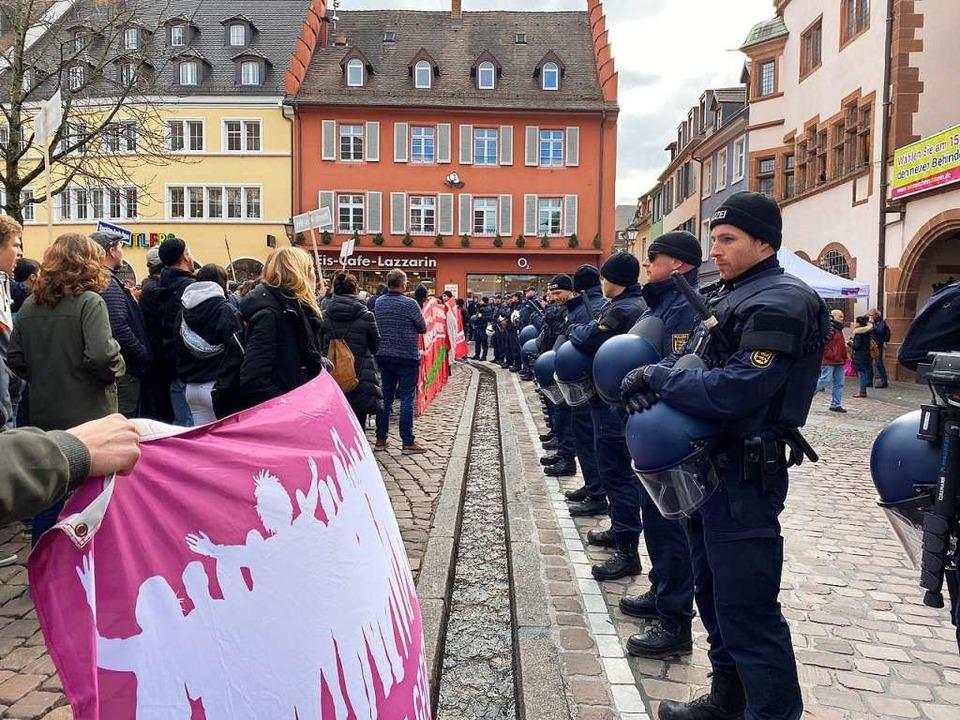 Rund 200 Menschen demonstrierten vor d...in Freiburg gegen eine AfD-Kundgebung.  | Foto: Anika Maldacker