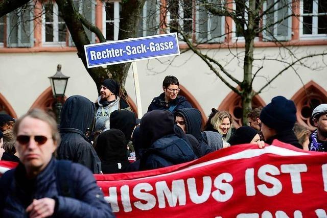 Mehr als 200 Menschen demonstrieren gegen AfD-Aktion auf dem Freiburger Rathausplatz