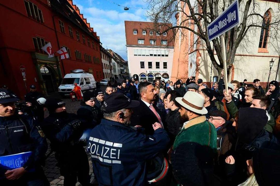 Auf Tuchfühlung: Stadtrat Dubravko Man...immer wieder auf die Demonstranten zu.  | Foto: Ingo Schneider