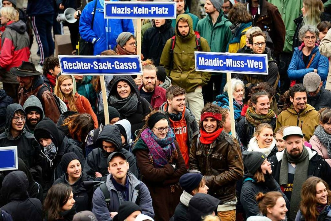 200 Menschen demonstrierten vor dem Ra...ennungen ein.<BZ-Keyword></BZ-Keyword>  | Foto: Ingo Schneider