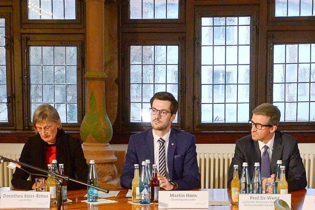 Vertreter aus Politik und Medizin, dar...Freiburger Rathaus über den Sachstand.    Foto: Ingo Schneider