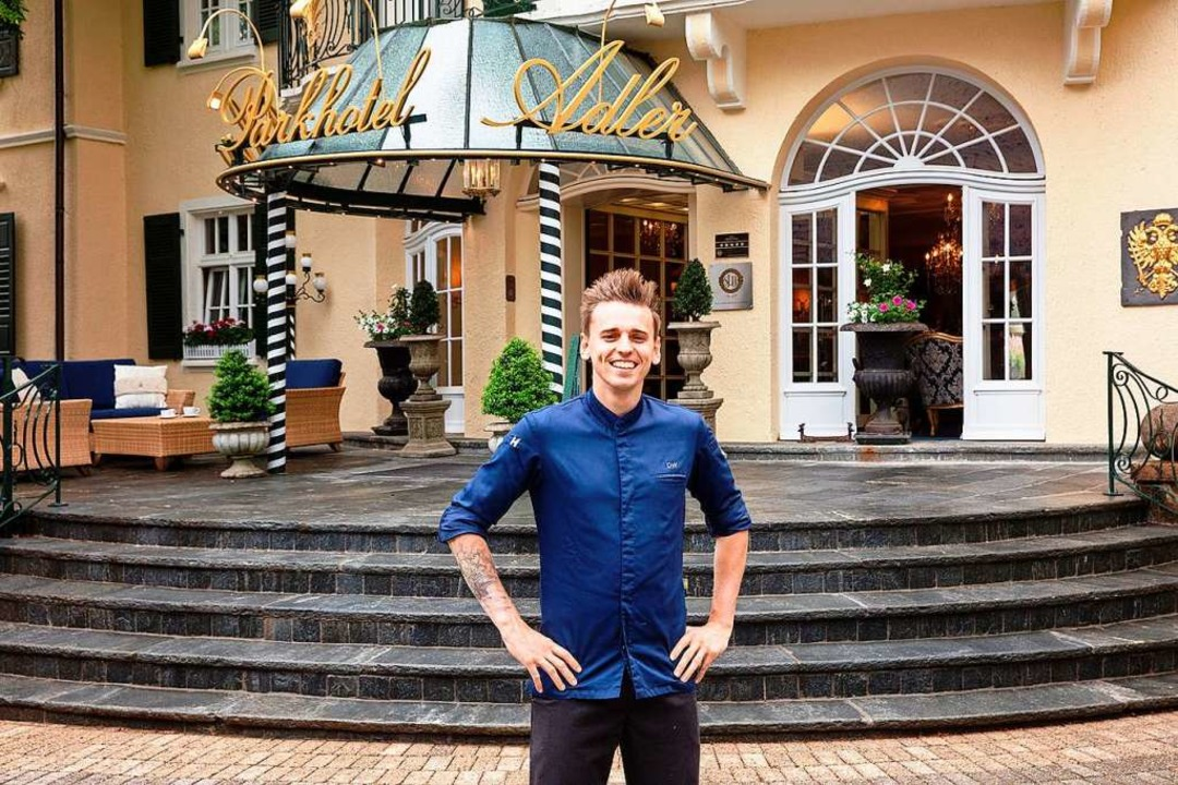 Daniel Weimer vor dem Eingang des Parkhotels Adler  | Foto: Parkhotel Adler