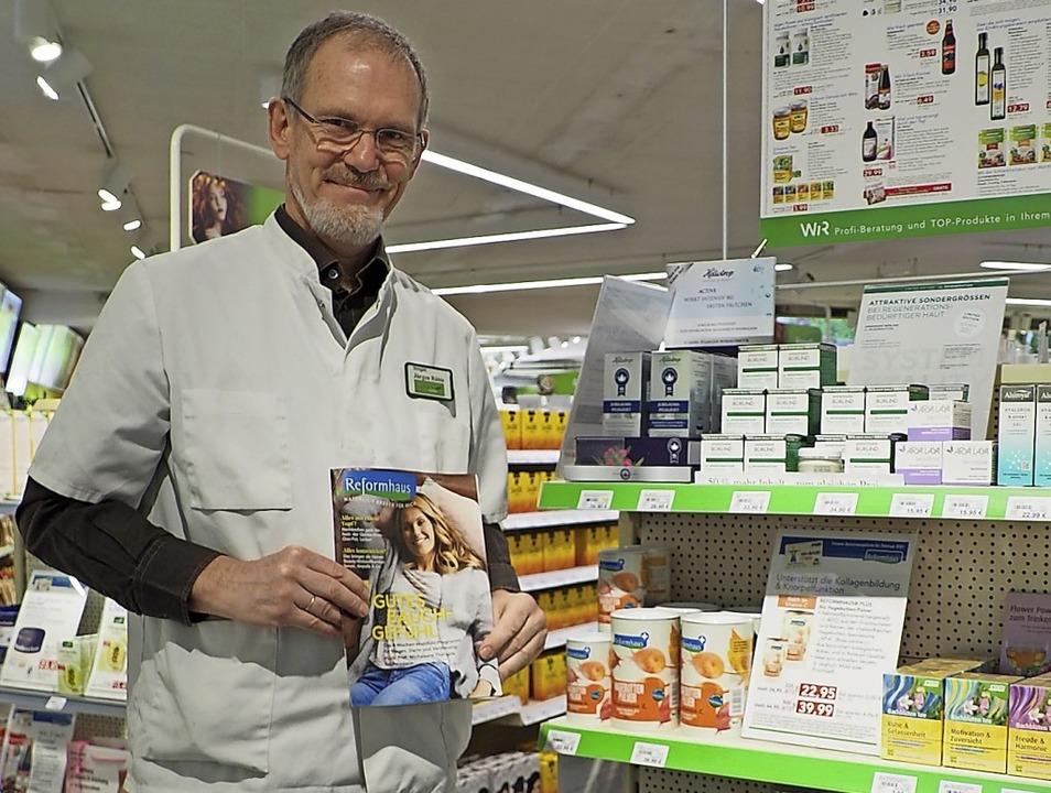 Jürgen Rühle ist stolz auf die Anerkennung der  Drogerie als Reformhaus.  | Foto: Herbert Frey