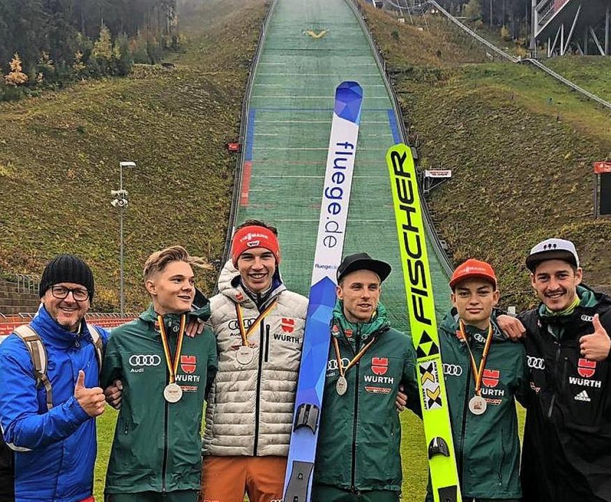Die Trainer Rolf Schilli (links) und A... in Klingenthal Team-Silber gewannen.   | Foto: Rolf Schilli