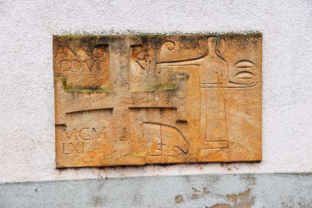 Relief in der Fassade der 1961 errichteten St. Galluskirche in Hugstetten  | Foto: Manfred Frietsch