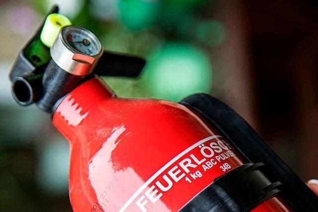 Anwohner löscht einen brennenden Anhänger in Bad Säckingen