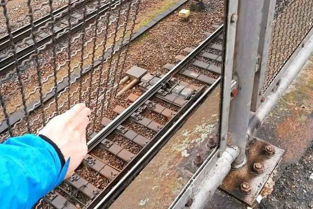 Zaun über dem Bahngraben in Offenburg hat gefährliche Lücken