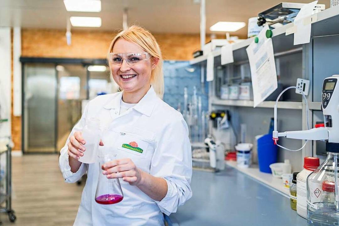Ausbildung bei der Schwarzwaldmilch: a...ungsreichen Aufgaben im Labor erleben.  | Foto: Jonas Colkin