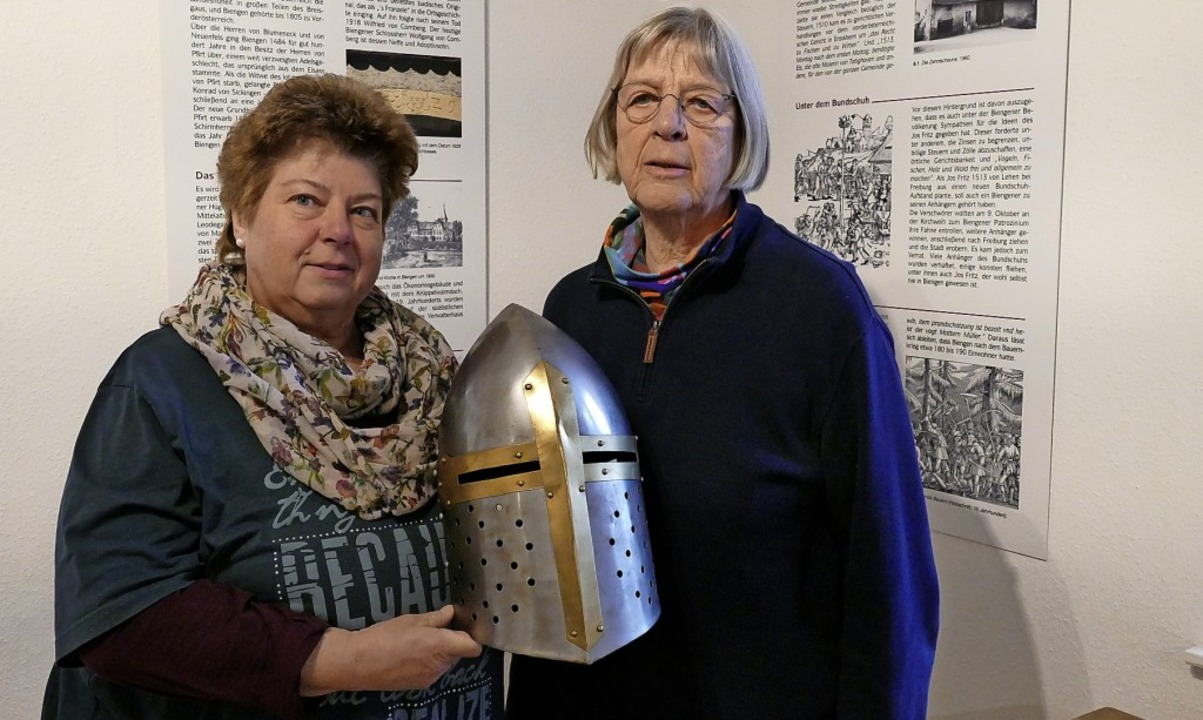 Andrea Hagemann-Raffs (links) und Ursu...lung,  rechts die Kirche St. Leodegar   | Foto: Bernhard Amelung