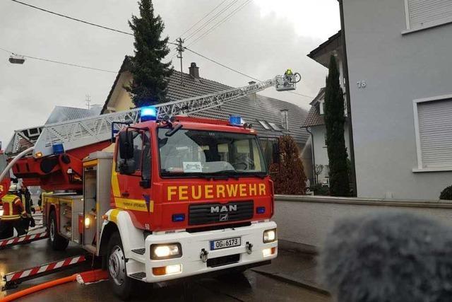 In Neuried-Altenheim ist ein Schuppen abgebrannt – Feuerwehr wehrte Flammen von Wohnhaus ab