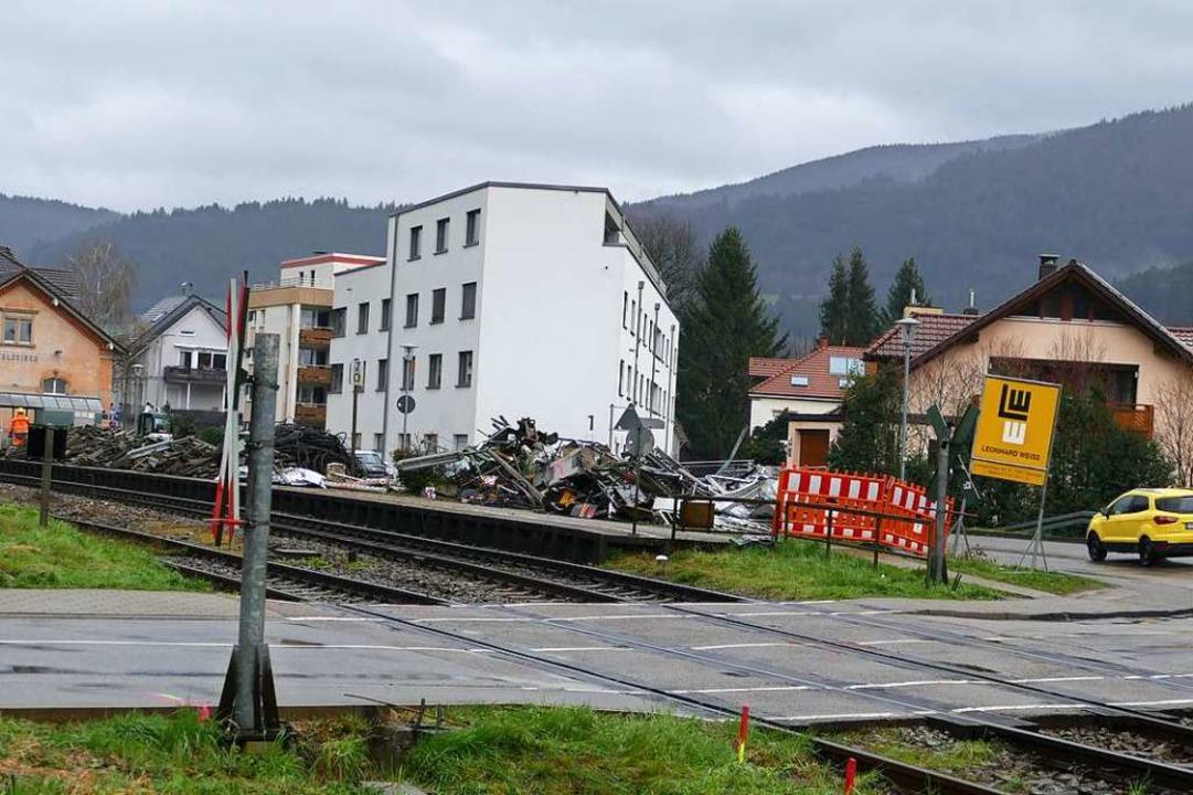 Am Bahnhof Waldkirch sieht die Bäume w...er jetzt Abbruchmaterial von der Bahn.  | Foto: Sylvia Sredniawa
