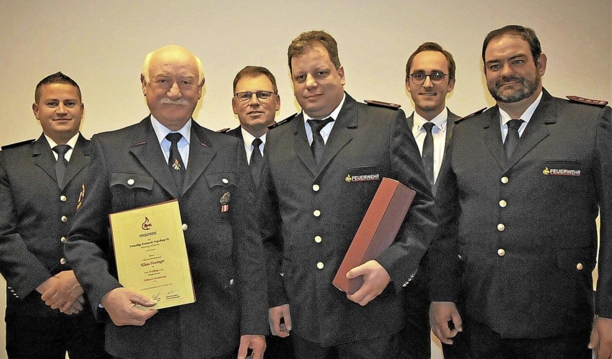 Klaus Fessinger und Peter Kunz (vorne ...der Achkarrer Feuerwehr ausgezeichnet.    Foto: Herbert Trogus