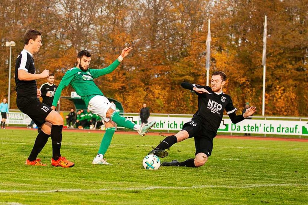 Während der FV Schutterwald um Görkan ...lipp Herzog um den Landesligaverbleib.  | Foto: Alexandra Buss