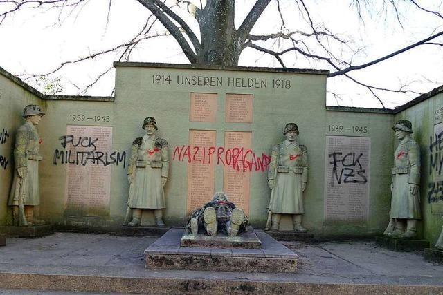 Kriegerdenkmal wurde mit verschiedenen Parolen verunstaltet, die Polizei ermittelt