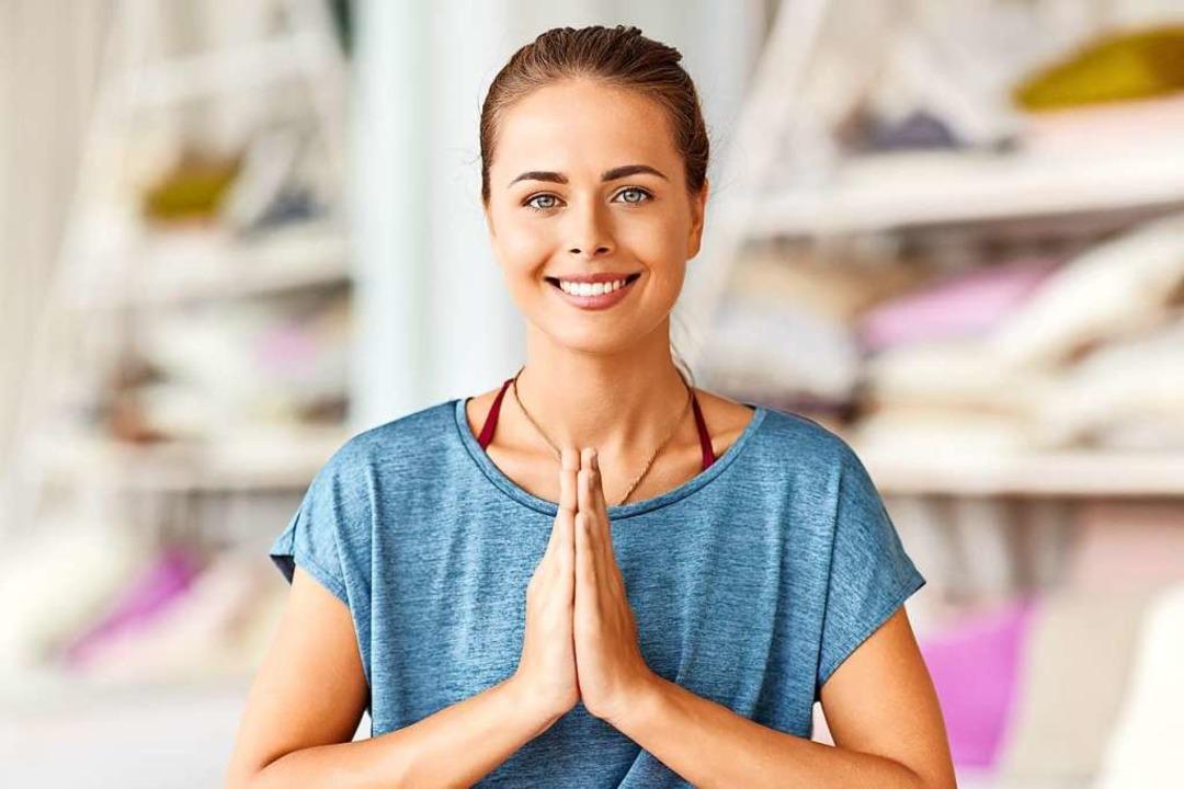 Die Hände werden vor dem Herzen mit de...er deutet eine Verbeugung an: Namaste.  | Foto: lev dolgachov