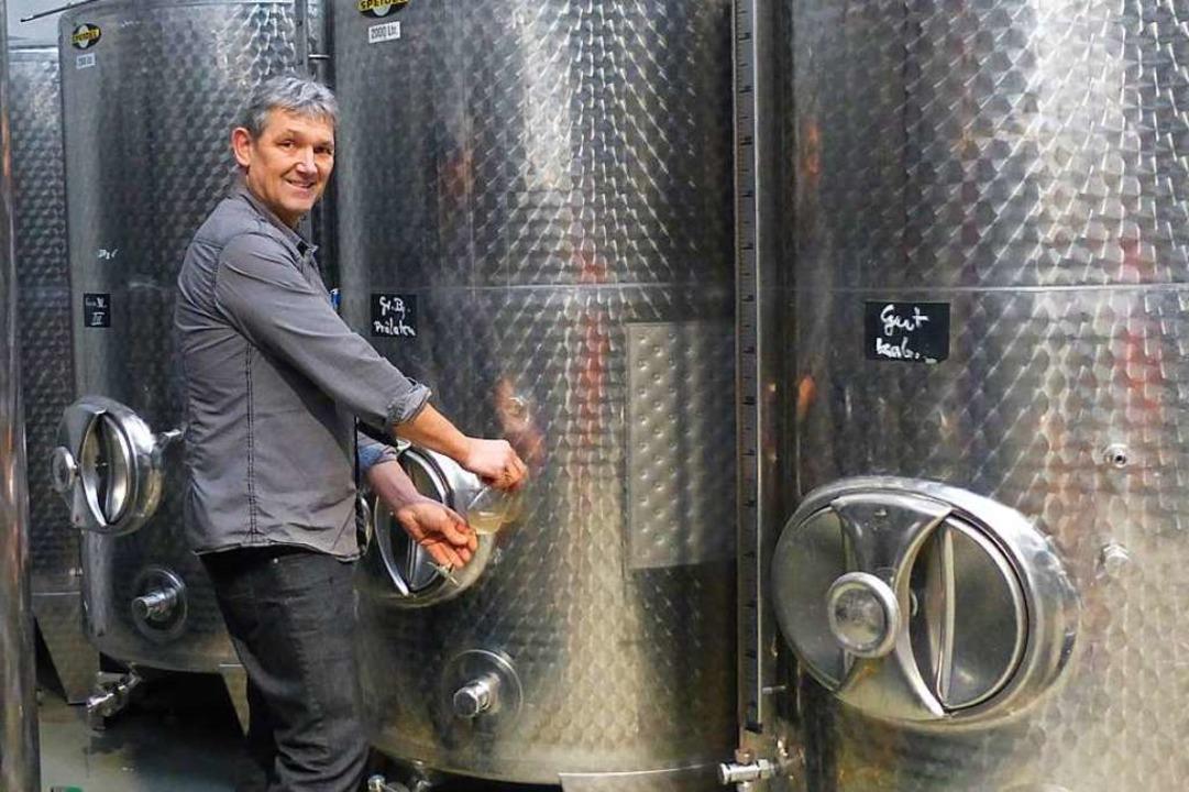Franz Herbster an einem der Stahltanks im neuen Weingut  | Foto: Andrea Gallien