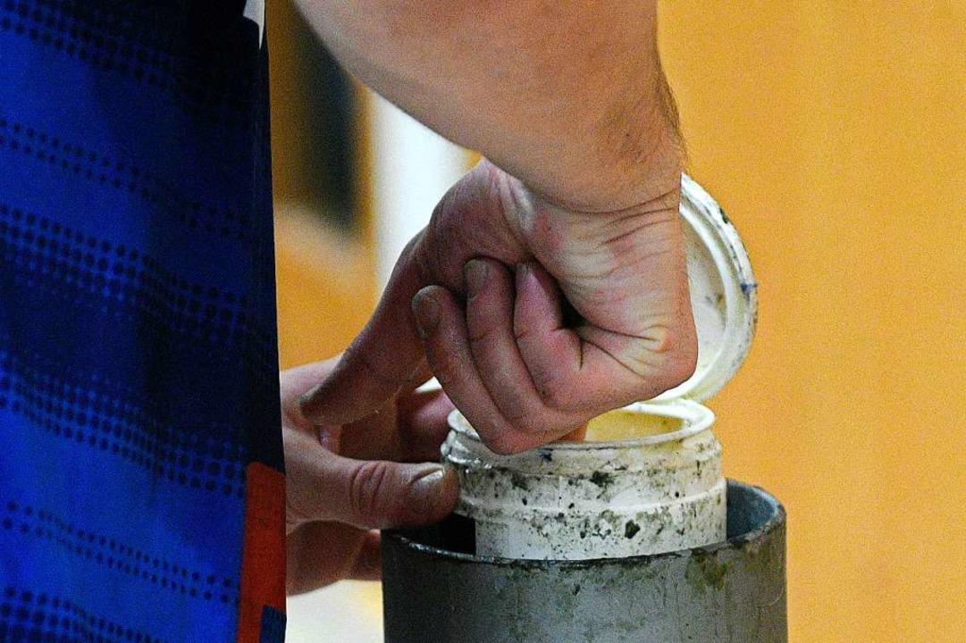 Nicht der Griff ins Fettnäpfchen, sond...ist geübte Praxis bei den Handballern.  | Foto: Pressebüro Schaller