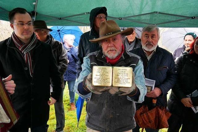 Künstler verlegt Stolpersteine in Laufenburg