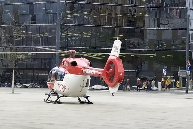 Helikopter bringt Notarzt mitten in Freiburgs Innenstadt