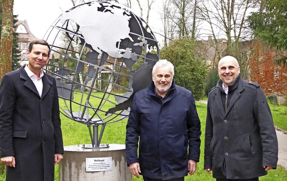 Die Weltkugel hat ihren Standort im Vo...eister Stefan Schlatterer (von links).    Foto: Sylvia-Karina Jahn