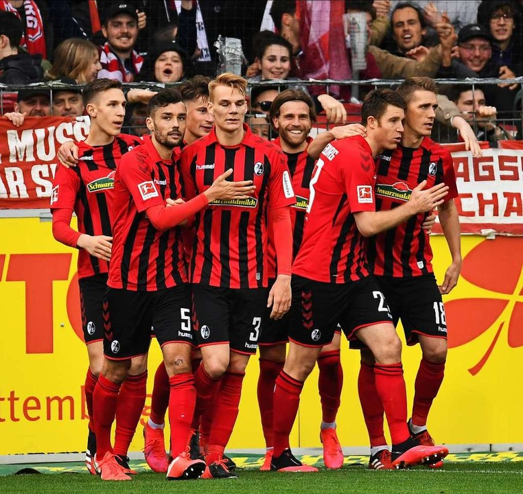Die Freiburger Spieler bejubeln einen Treffer.  | Foto: Achim Keller