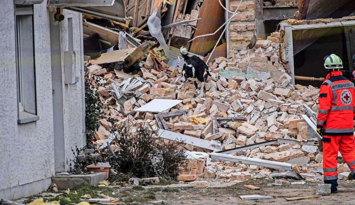 Wie ein Sprecher der Katastrophenschut...zwei Personen am Mittag noch vermisst.  | Foto: Paul Zinken (dpa)
