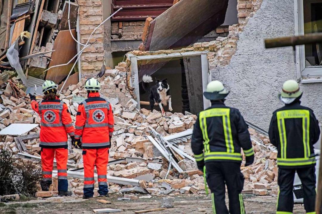 Nach einer Explosion ist ein Haus im b...f (Kreis Oberhavel) einsturzgefährdet.  | Foto: Paul Zinken (dpa)