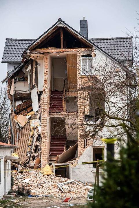 Beim Teileinsturz des Mehrfamilienhaus...agmorgen ein Mensch ums Leben gekommen  | Foto: Paul Zinken (dpa)