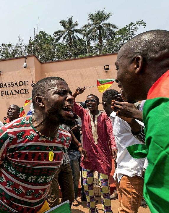 Junge Kameruner protestierten am 24. F... des französischen Präsidenten Macron.  | Foto: STRINGER, DANIEL BELOUMOU OLOMO (AFP)