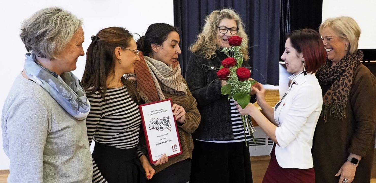 SPD-Frauenpreis für den Kenzinger Vere...teilte Rosen an die Preisträgerinnen.   | Foto: Michael Haberer