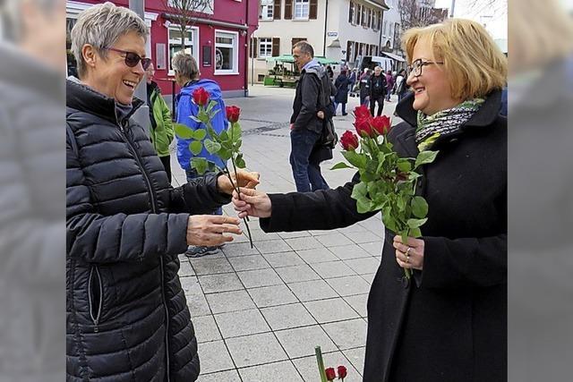 Rosen verteilt zum Frauentag